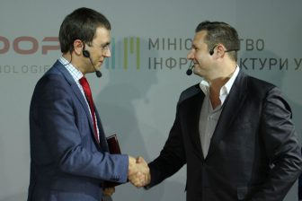 Ukrainian Minister of Infrastructure and HyperloopTT shake hands