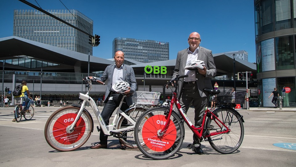 CEO of ÖBB Andreas Matthä with bicycle, source: ÖBB