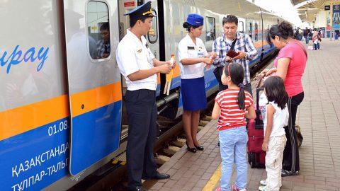 Passengers boarding on Kazakh train, source: Kazakhstan Temir Zholy (Kazakhstan Railways)