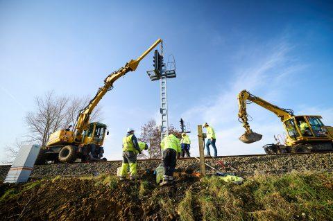 Railway workers on tracks Melle-Zottegem in Belgium, photo: Infrabel